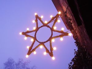 Christmas star over a street in Germany (Telrúnya)