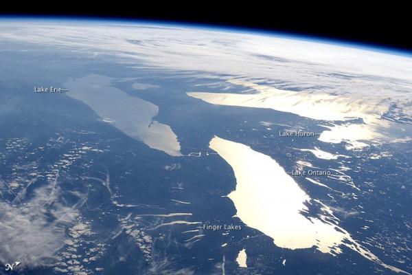 Η καμπύλη της Γης, με συννεφιασμένες περιοχές και τρία μεγάλα επίπεδα λαμπερά σημεία, λίμνες.