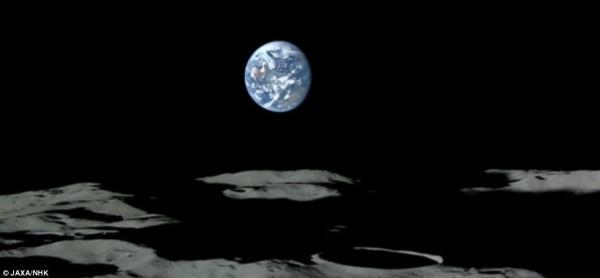 Η επιφάνεια του φεγγαριού είναι γεμάτη κρατήρες, με το μεγαλύτερο μέρος της γαλάζιας και της λευκής Γης να φαίνεται κρεμασμένη στον μαύρο ουρανό πάνω.