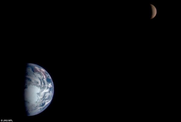 Το μισοφέγγαρο και λίγο περισσότερο από το ήμισυ της Γης σε μαύρο φόντο.