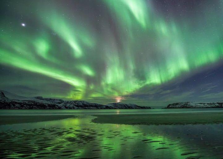 Aurora and rising moon on February 14 via Stigs Netrom