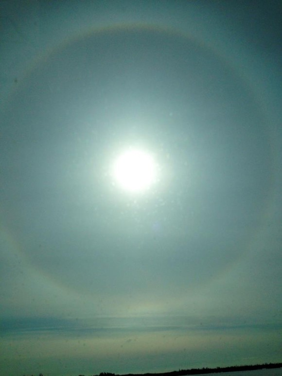Our friend Virginia Zepeda Vidal posted this sun halo seen April 15, 2013. She said,