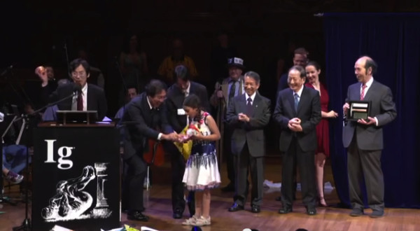 2013 Ig Nobel chemistry prize recipients present Miss Sweetie Poo with onions. Image credit: Improbable Research Inc.