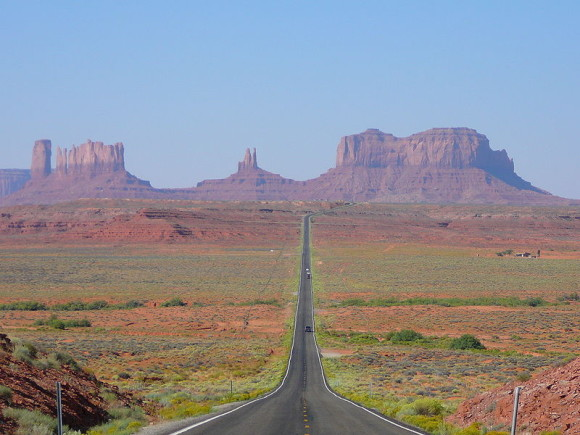 Monument Valley in daytime. Image via Wikimedia Commons.