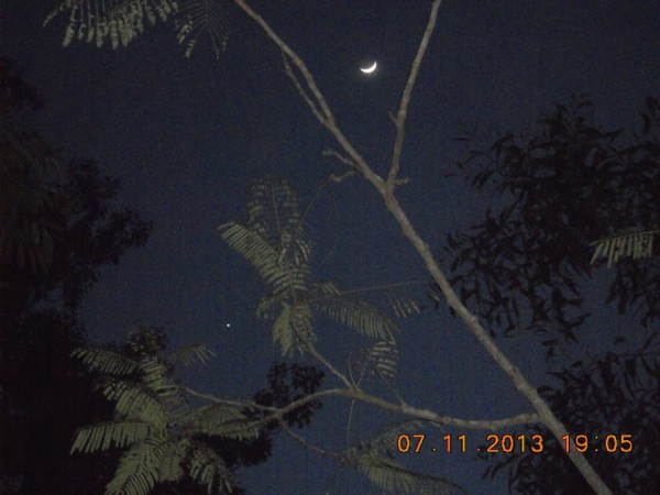 By the time we posted the November 6 photos, it was already the evening of November 7 in Asia. As you can see, the moon is now moving higher in the sky, away from Venus. Photo from Guwan Elder Panbil at Villa Batam in Batam, Indonesia. Thank you, Guwan!