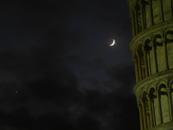 Another cool photo from Italy of the moon and Venus on November 6 next to the Tower of Pisa. Photo by Giuseppe M.R. Petricca. Thank you, Giuseppe!