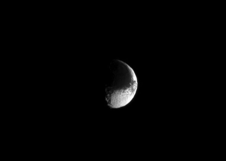 New Cassini photo of Saturn's moon Iapetus shows the satellite's dark and light sides as resembling the yin and yang symbol in Chinese philosophy. Image via NASA/JPL Caltech/Space Science Institute.