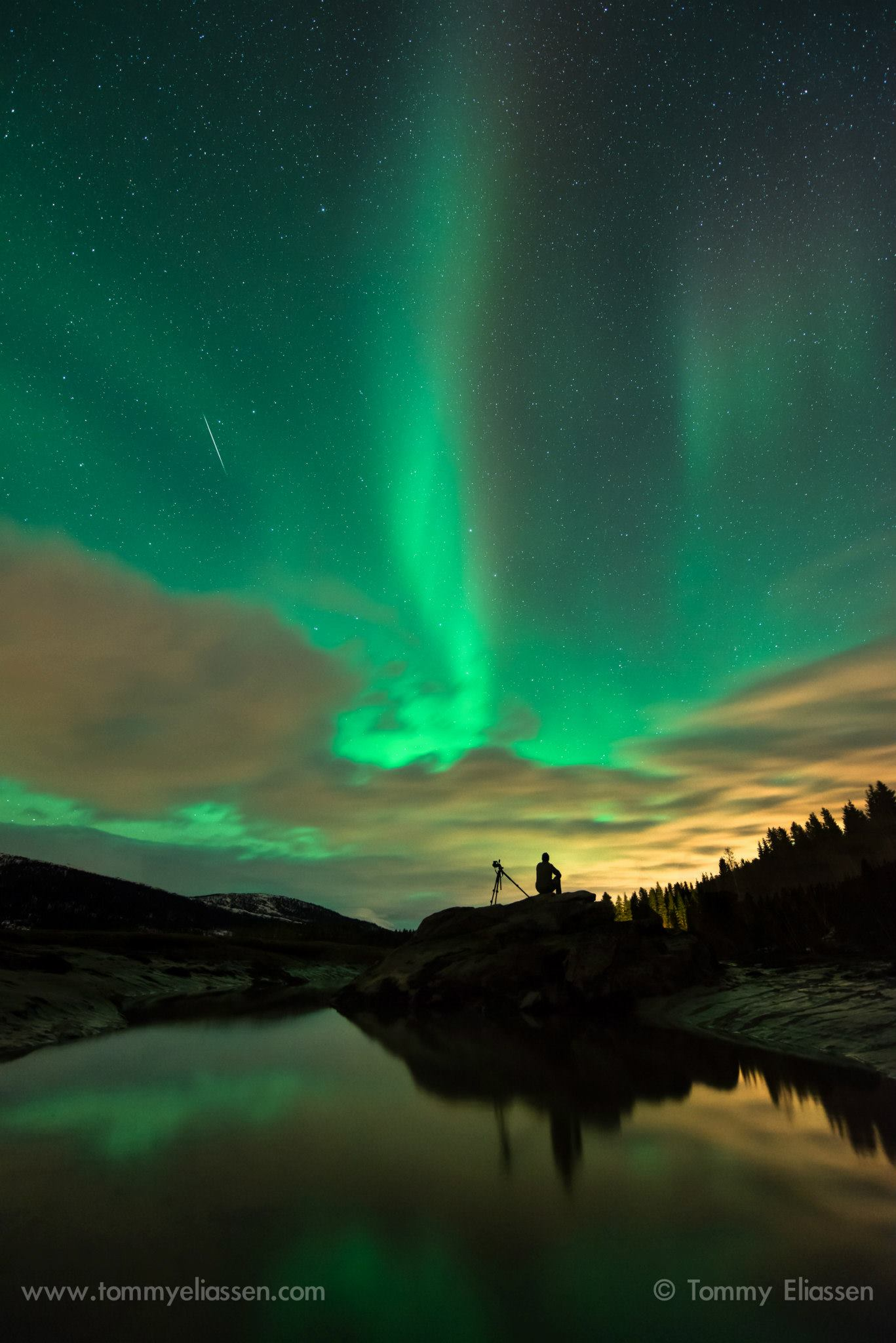 View larger. | In 2014, as the Quadrantids were flying, those at far northern latitudes were seeing auroras. Tommy Eliassen Photography captured this photo on January 3, 2014. Thank you, Tommy!