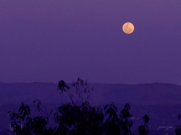 Jv Noriega: Full Moon rising tonight March 16 2014 99.84% illumination in Manila.