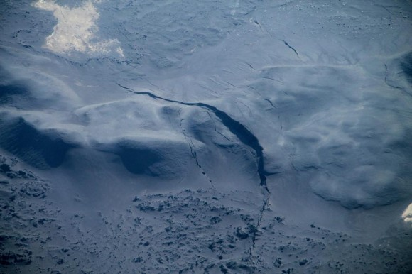 Fracture in the ice, possibly caused by recent earthquakes, in Holuhraun north of Dyngjujökull glacier in Iceland.  Photo: Tobias Dürig/Institute of Earth Sciences