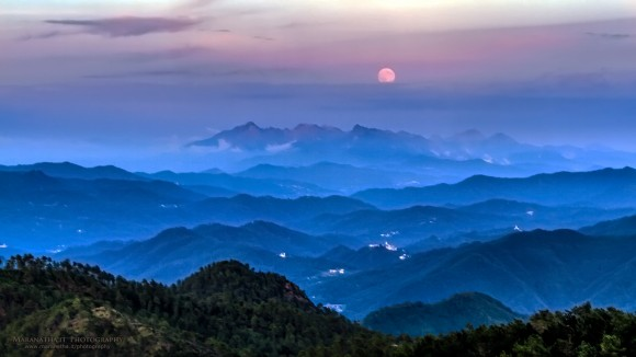 August 10 supermoon over Apuane Alps, seen from Mount St Nicolao, Italy, by Maranatha.it Photography.