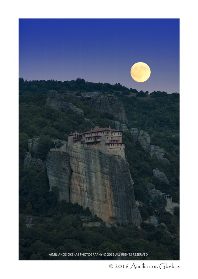 Aimilianos Gkekas shared this image of the moon  over the Rousanou monastery in  Meteora, Greece.