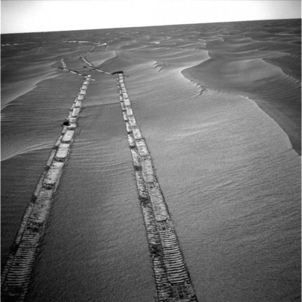 Opportunity looks backwards while on the move.  Image via NASA/JPL-Caltech/Texas A&M/Cornell
