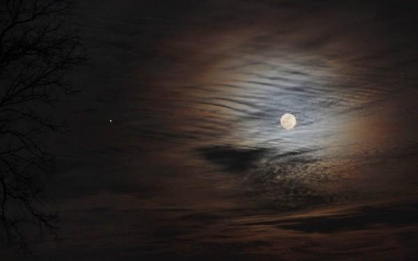 EarthSky Facebook friend Duke Marsh caught the February 3 moon and Jupiter from New Albany, Indiana.  Thanks, Duke.