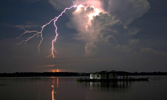 Catatumbo lightning over Lake Maracaibo, Venezuela. Photo credit: Alan Highton visa The Guardian