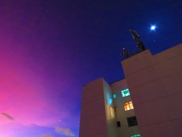 Dramatic sunset colors in Rio last night - April 26, 2015 - due to the eruption of Calbuco volcano in Chile.  To the left in this photo, Jupiter and the moon.  To the right, above the buildings, Venus.  Photo by Helio C. Vital.