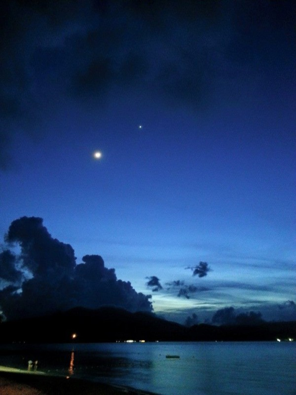 Moon and Venus on May 21, 2015 as captured in Subic, Philippines by Red'n Talastas Lagos.  Thank you!