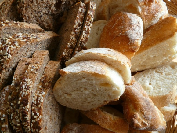 Whole wheat vs white bread: less-processed is better for slimming down. Image credit: Hans