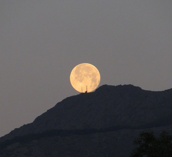 Full moon setting on the morning of June 3 from Paco Telescopios in Spain.