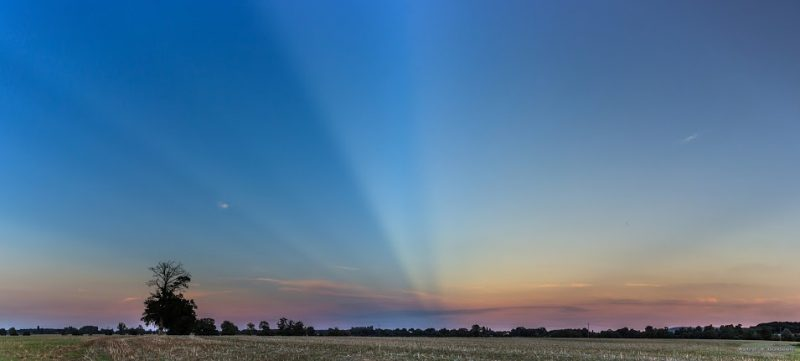 Anticrepuscular rays by Guillaume