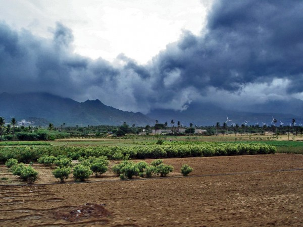 Advancing monsoon clouds and showers in Aralvaimozhy, near Nagercoil, India. A new study finds that focusing on El Niño and La Niña's impacts on the monsoon in regions and sub-seasons—instead of all-India for the whole monsoon season—may improve rainfall forecasts. Image via PlaneMad/CreativeCommons/ AGUBlogosphere.