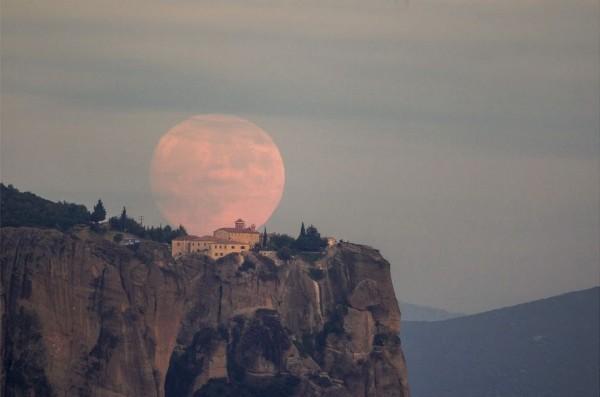 Photo of rising moon on October 26, 2015 by Aimilianos Gkekas.