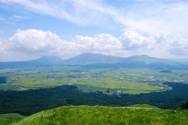 Mount Aso photographed from the caldera ridge east of the city of Aso (pop. 28,931). From left to right – Mt Neko, Mt Nakadake and finally Mt Kishima. Image credit: WikiMedia Commons