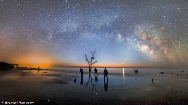 Three friends, planets and Milky Way from a South Carolina beach, by Shreenivasan Manievaannan of Shreeniclix Photography.
