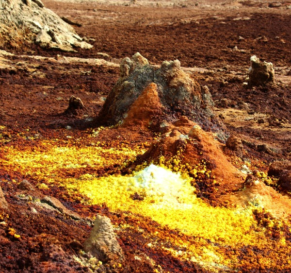 Chimneys of yellow sulphate deposits and red iron oxides. Image credit: Felipe Gomez/Europlanet 2020 RI