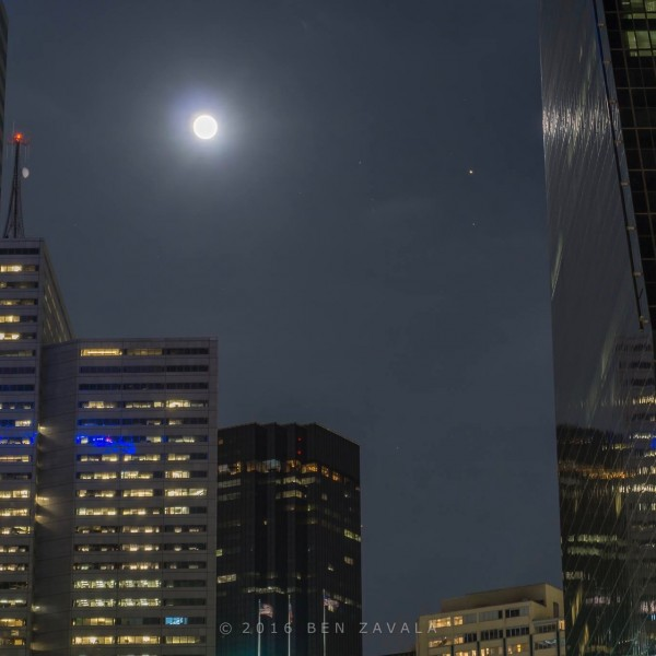 View larger. | Full moon and Mars over Dallas, Texas, from EarthSky friend Ben Zavala.