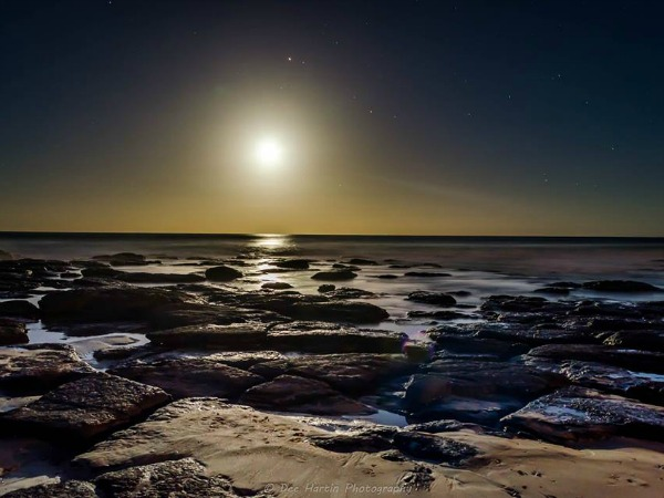 The full moon and Mars over Shelly Beach, Ballina, NSW, Australia on May 22, 2016. Photo by Dee Hartin. 22/5/16