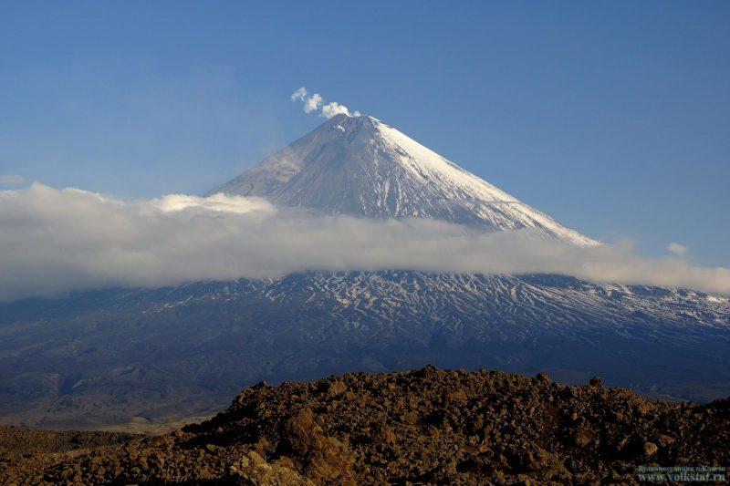 Explosive-effusive eruption of the volcano continues. Image via  Volkstat ru / I. Buchanan