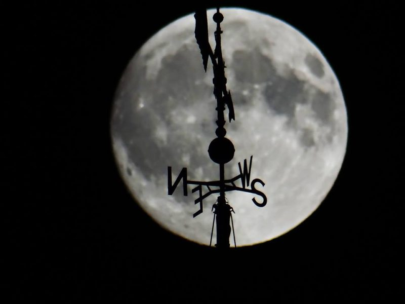 Moon lover the courthouse in La Porte, Indiana. Image via Carl Galloway.