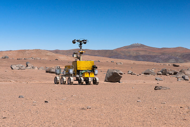 Mars rover being tested near the Paranal Observatory. Image via ESO/G. Hudepohl