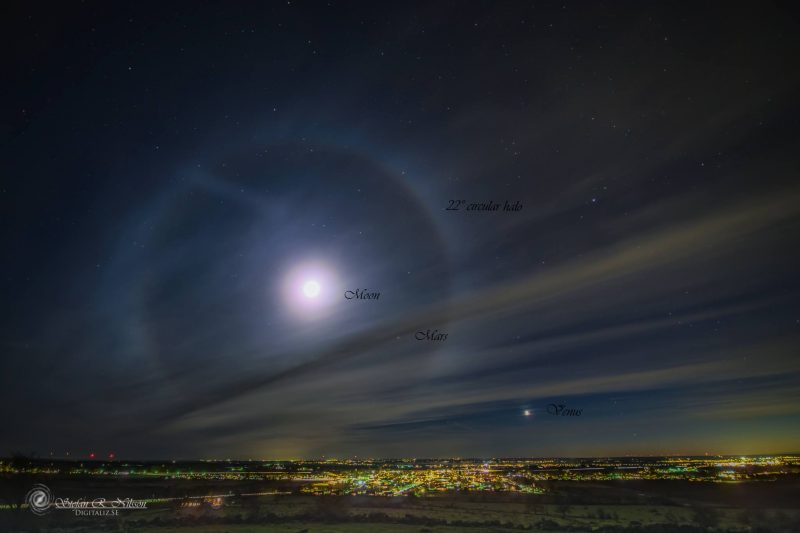 Digitaliz.se caught this moon halo, Mars and Venus on December 6, 2016.