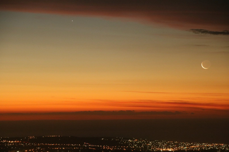 View larger. Padraic Koen took this photo of the waxing crescent moon and the planet Mercury after sunset December 1, 2016 ( 9:22 PM local Central Australia Daylight Saving Time) from the top of Mount Lofty outside of Adelaide, South Australia. Look for Mercury to the upper left of the moon, just beneath the cloud.