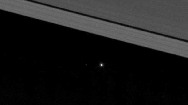 Zemlja in mesec s Saturna. Cassini plovilo