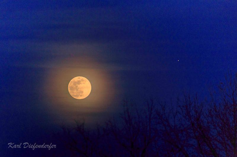 Moon Follows Jupiter April 11 12 Sky Archive Earthsky