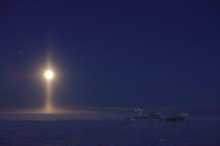 Lunar light pillar over Antarctica