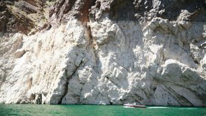 Photo showing a dramatic drop in water levels at Lake Mead.