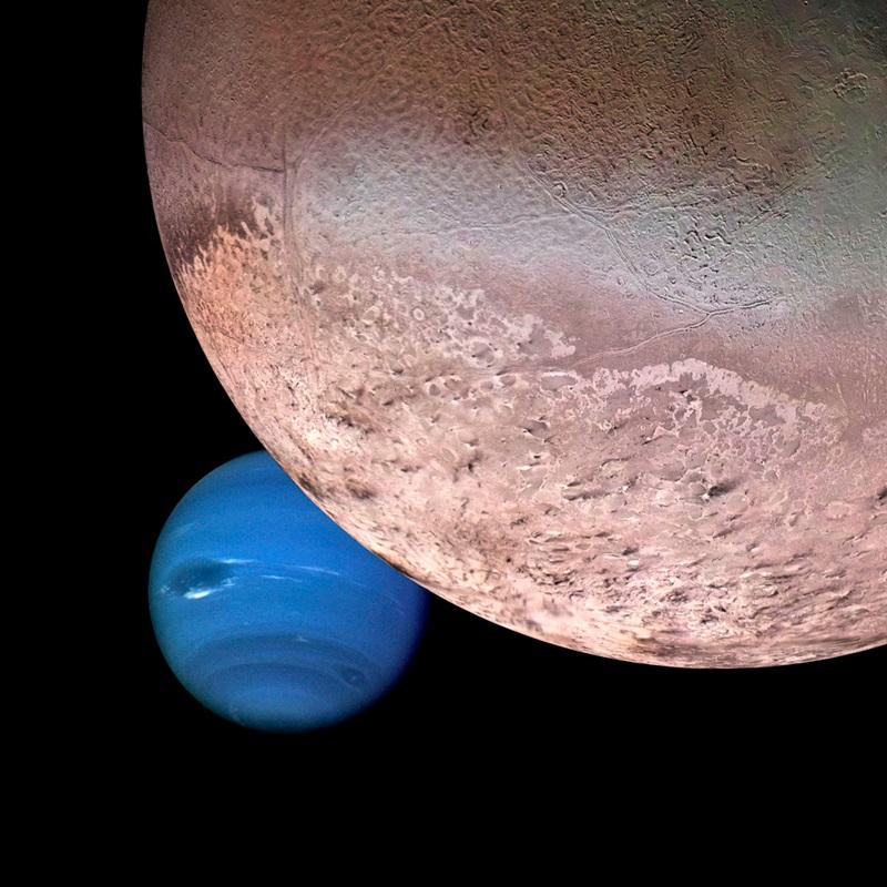 Pianeta fasciato blu con grande, stranamente strutturata luna in primo piano, su sfondo nero.