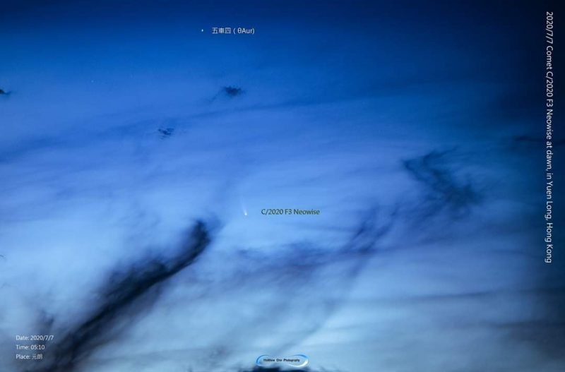 Comète contre un ciel crépusculaire bleu avec des nuages en forme de voile, des caractères chinois désignant des étoiles proches.