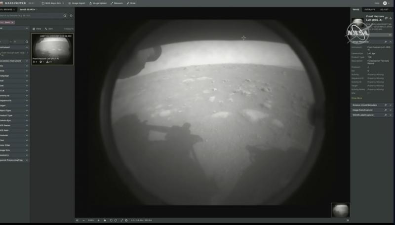 Gezginin gölgesinin göründüğü Mars'ın yüzeyi.