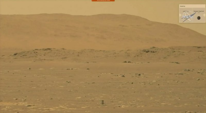 Khung cảnh hoang vắng của sao Hỏa màu cam với tâm dưới là một chiếc trực thăng nhỏ sau chuyến bay đầu tiên của nó.