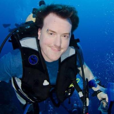 Мужчина в снаряжении для подводного плавания.