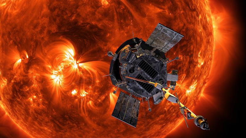 Космический корабль около Солнца с огромными солнечными вспышками.