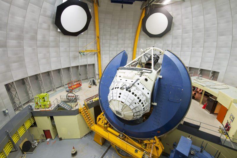 Vedere din interiorul unei cupole a telescopului, arătând o cameră mare montată pe un telescop.