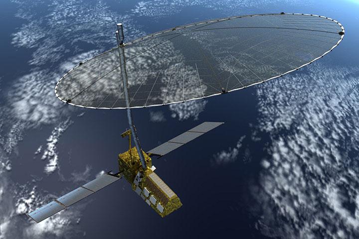 قمر صناعي بألواح شمسية عريضة وصحن رادار كبير يدور حول الأرض أدناه.