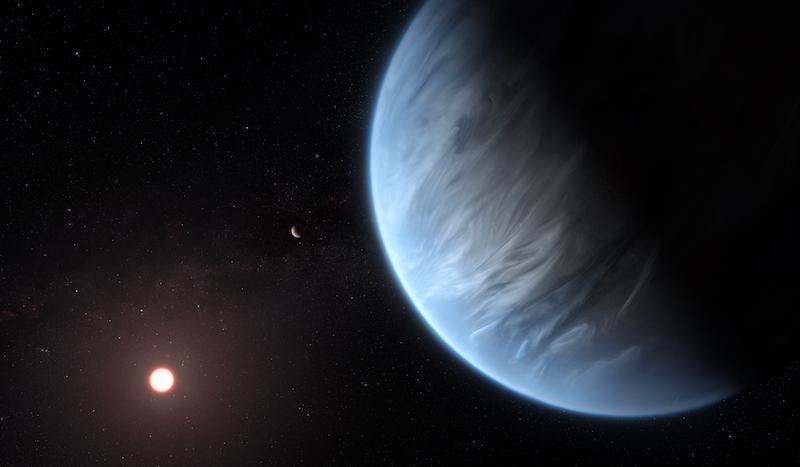 Grande planeta azulado com nuvens finas em sua atmosfera e o sol à distância.